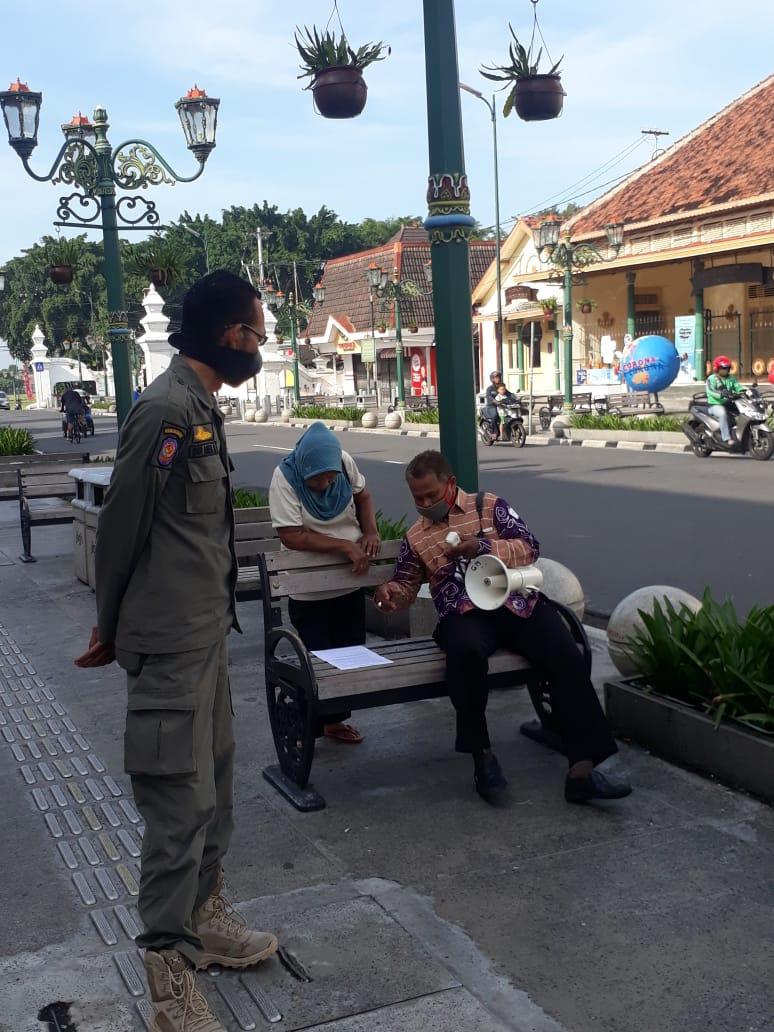 Satpol PP Kota Yogyakarta Menghimbau warga dalam upaya pencegahan penyebaran virus covid-19
