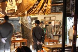 Petugas mendatangi cafe dan tempat makan