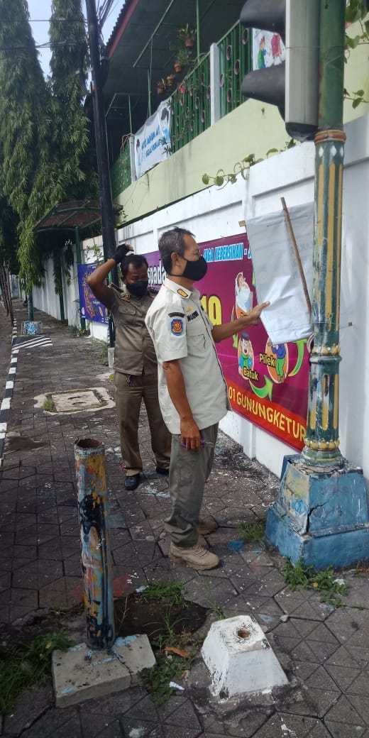 Petugas membersihkan sampah visual