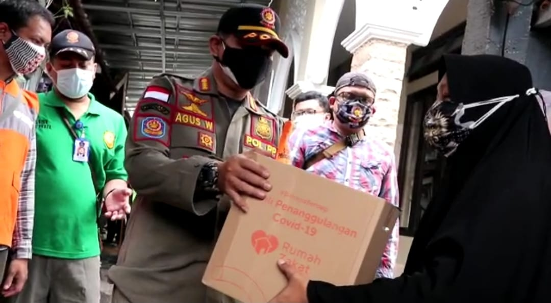 Satpol PP memberikan bantuan kepada warga yang terdampak PPKM Level 4